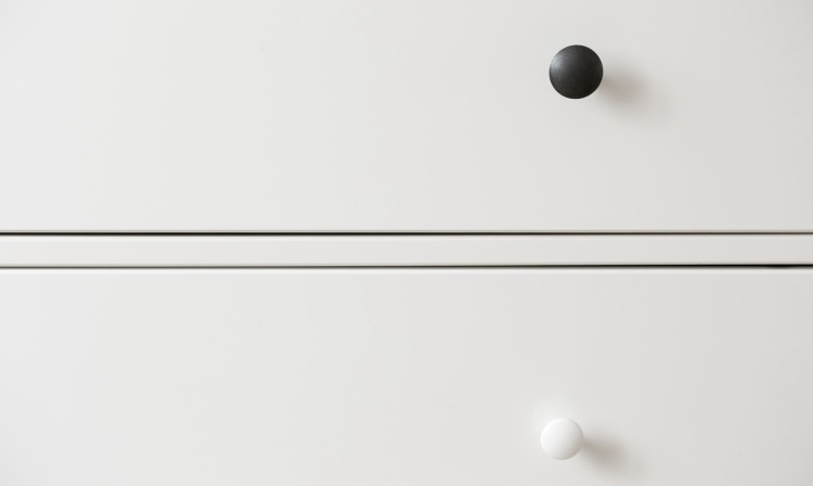 two-lines-between-black-and-white-circles-minimalism-wallpaper